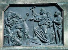 Rechts die um Gnade bettelnden Freunde der Natur, am Boden die Leiche des ältesten Baums Europas, zuoberst das Kreuz, links die Schergen von Karl dem Grossen