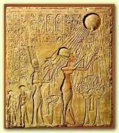 Der monotheistische Pharao Echnaton mit Familie in Anbetung von Aton