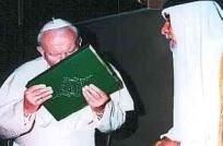 Papst Paul küsst den Koran. In Islam hat die Verschwörung den neuen Nährboden gefunden.